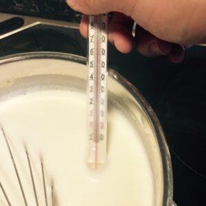 Milch im Topf erwärmen