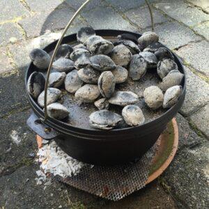 Dutch Oven mit Kohle